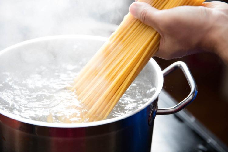 Как варить макароны в кастрюле