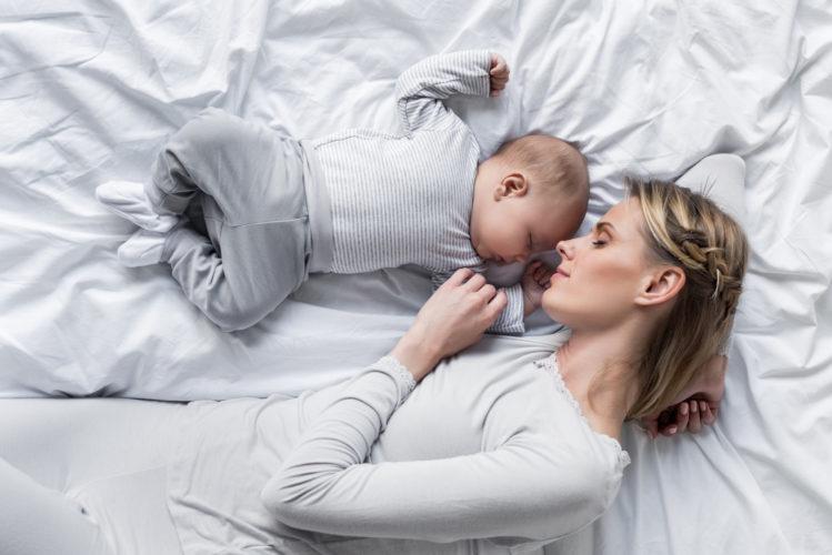 Ребенок в одной кроватке с мамой