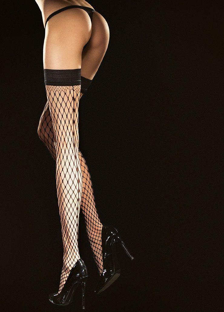 Женское обольщение в одной детали: стройные ножки в элегантных чулках